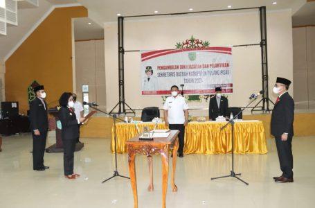 IST – Pudjirustaty Narang melatik Sekda Pulpis Tony Harisinta.