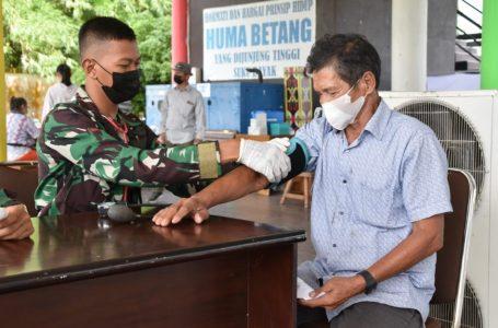 Pelaksanaan Vaksinasi Massal Bagi Lansia di Betang Hapakat, Palangka Raya. (foto/mmckalteng)